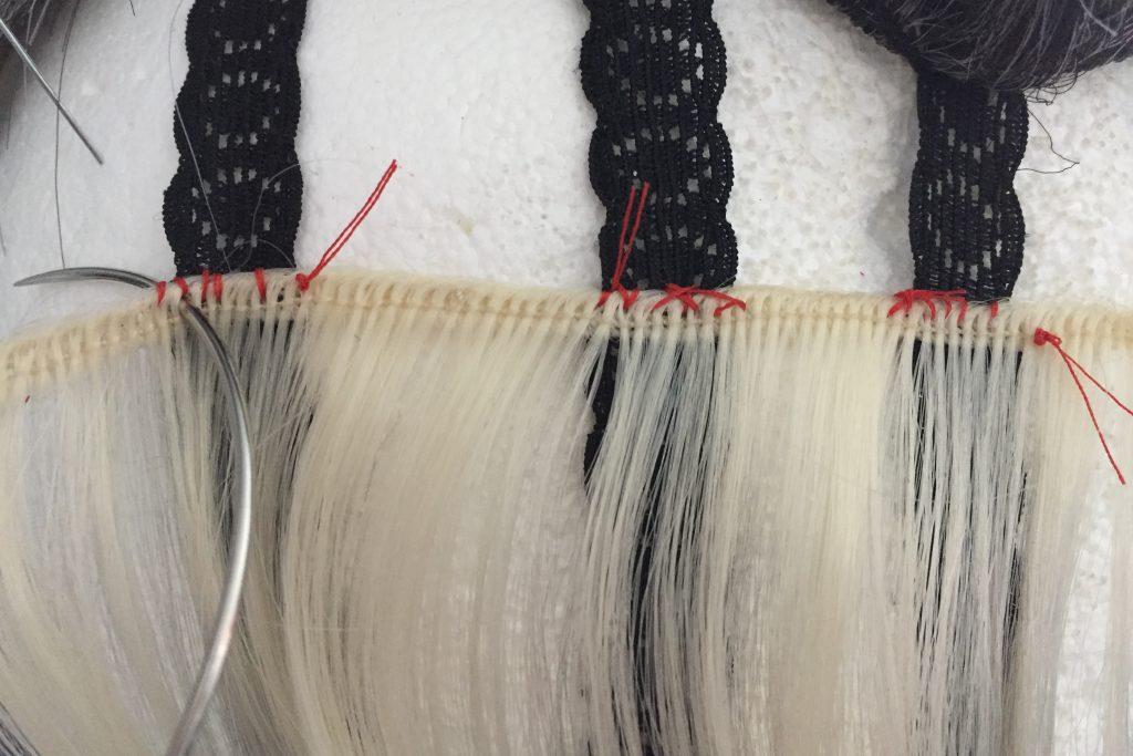 Beispiel wie man eine Tresse in ein hochwertiges Perückennetz einnäht